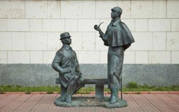 A Mosca una statua di Sherlock Holmes con l'inseparabile dottor Watson