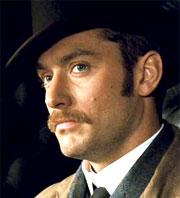 L'attore Jude Law, che interpreta Watson