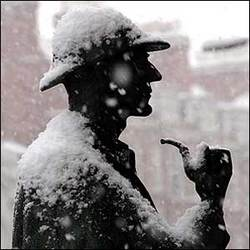 Statua di Sherlock Holmes sotto la neve, alla fermata della metropolitana di Londra in Baker Street