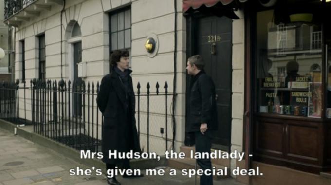 A sinistra il nuovo Sherlock Holmes (Benedict Cumberbatch), a destra il dottor Watson (Martin Freeman) mentre stanno per entrare in Baker Street al 221b