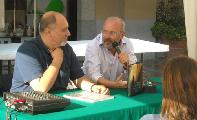 """Un momento della presentazione del romanzo """"Il segno dell'untore"""" di Franco Forte, moderata da Luigi Pachì (a destra)"""